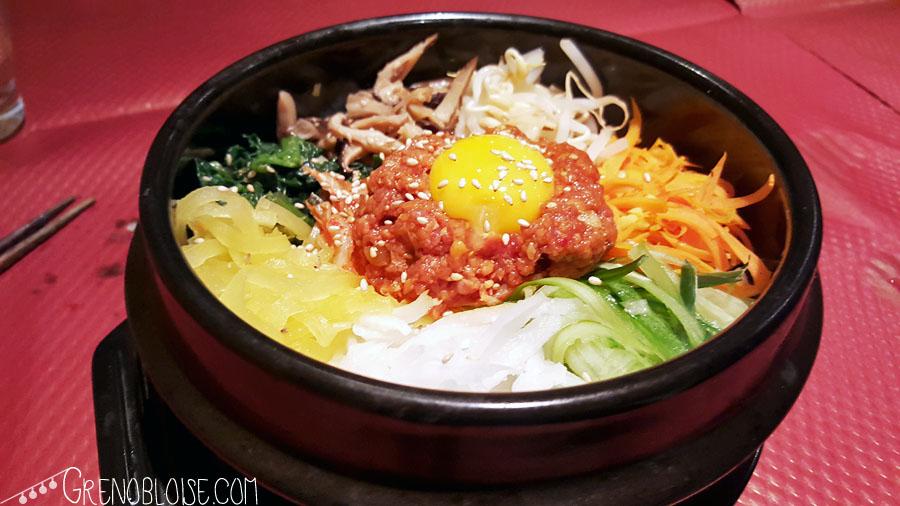 """""""Bibimbap"""" : riz recouvert de légumes, bœuf, sésame un œuf et de la sauce piquante kochujang."""